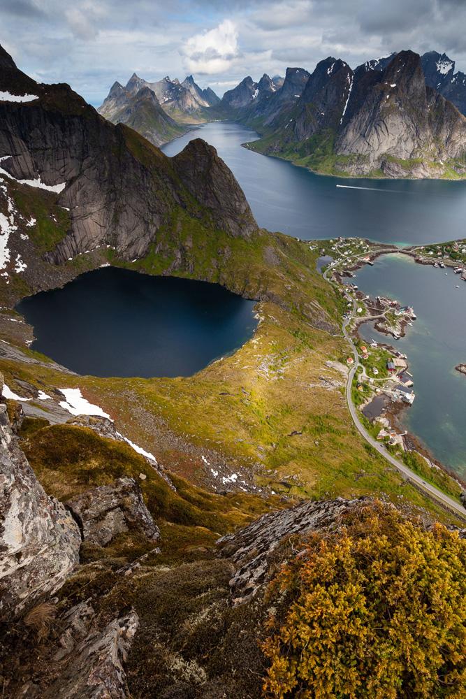 photo du Kirkefjorden depuis le Reinebringen, au-dessu de reine, dans les Lofoten, en Norvège