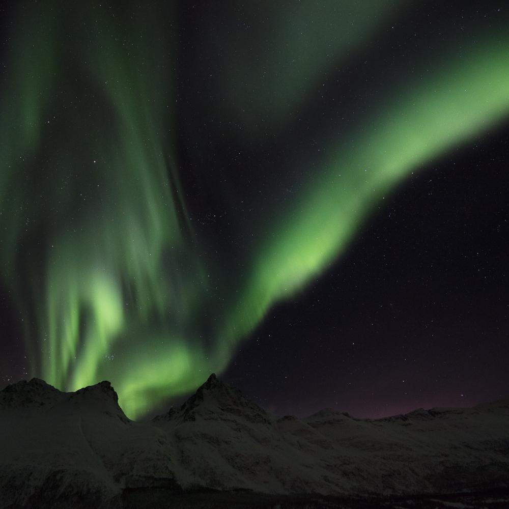 aurores boréales dans les Alpes de Lyngen, près de Tromsø, en Norvège