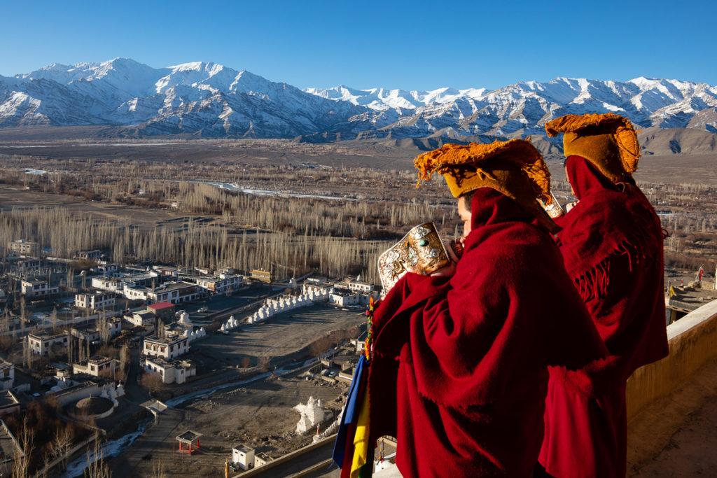 Puja, prière matinale au monastère de la Tiksey gompa, en voyage photo au Ladakh