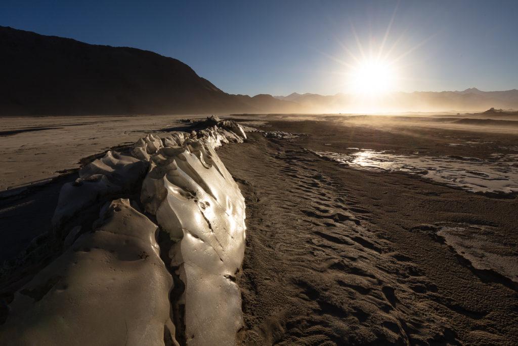 glace sur l'Indus gelé en hiver dans le Chang Tang, en voyage photo au Ladakh, à la recherche du chat de Pallas
