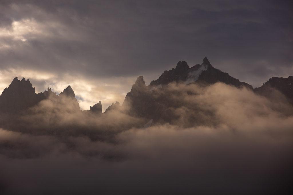 Aiguille du Plan déchirant la brume, à l'aube, lors du stage photo Un balcon sur le Mont Blanc